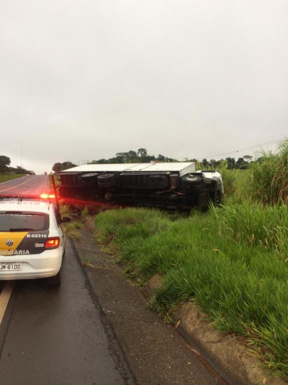 Motorista perde o controle e caminhão tomba na SP-294 — Foto: Tupã Noticias