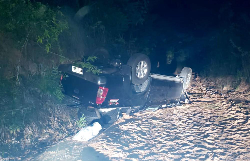 Após o choque, a caminhonete caiu numa ribanceira de cerca de 15 metros de altura — Foto: João Trentini/Divulgação