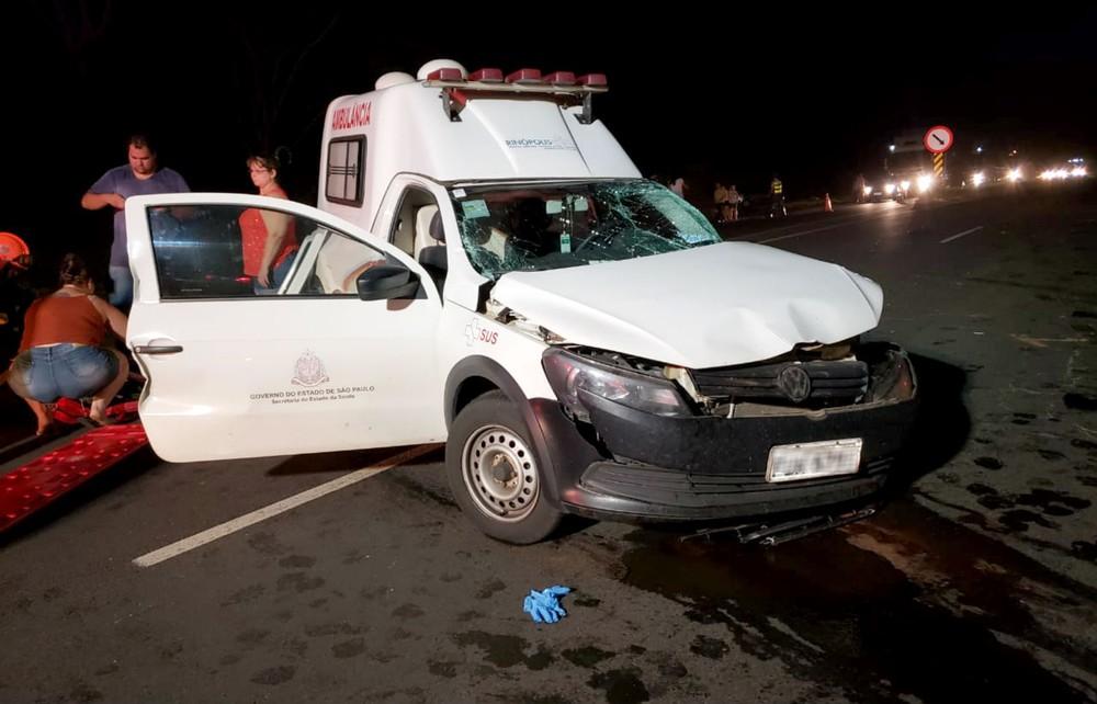 Os ocupantes da ambulância foram socorridos pelos bombeiros e levados para Santa Casa de Tupã — Foto: João Trentini/Divulgação