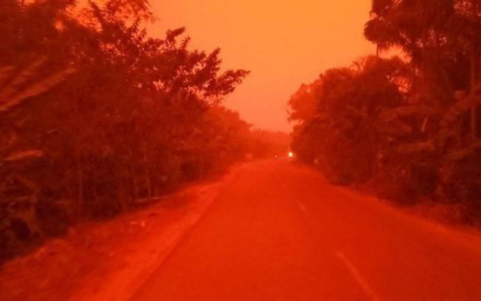 O céu na cidade de Mekar Sari ficou profundamente vermelho — Foto: Eka Wulandari/BBC
