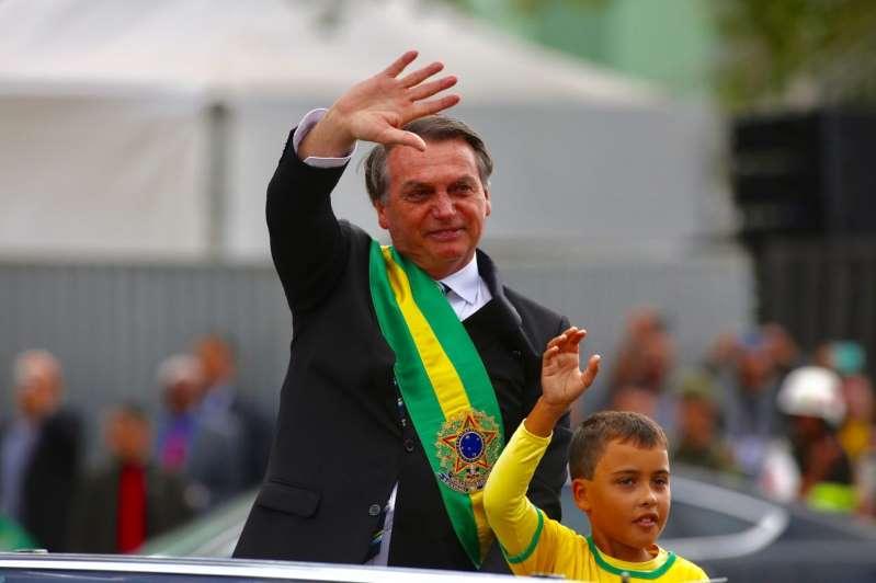 Ivo Cesar Gonzales, 9 anos, desfila ao lado de Bolsonaro — Foto: Sérgio Lima