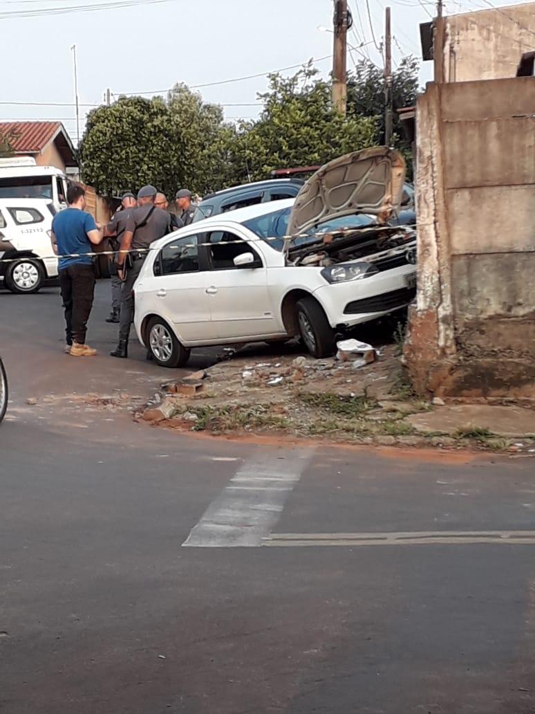 Após fugir de blitz, carro se envolve em acidente com viatura da PM em Assis — Foto: The Brothers/Cedida
