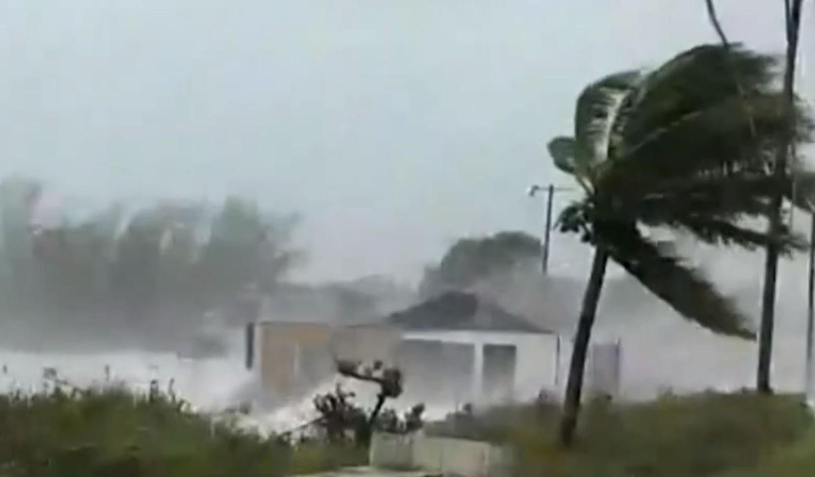Imagens mostram a força dos ventos na chegada do furacão Dorian às Bahamas — Foto: Reprodução/Globonews