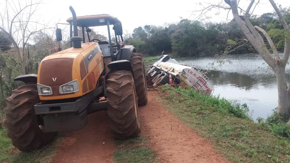 Vicinal que liga Ibirarema a Campos Novos Paulista precisou ser interditada para retirada do caminhão — Foto: Corpo de Bombeiros/Divulgação