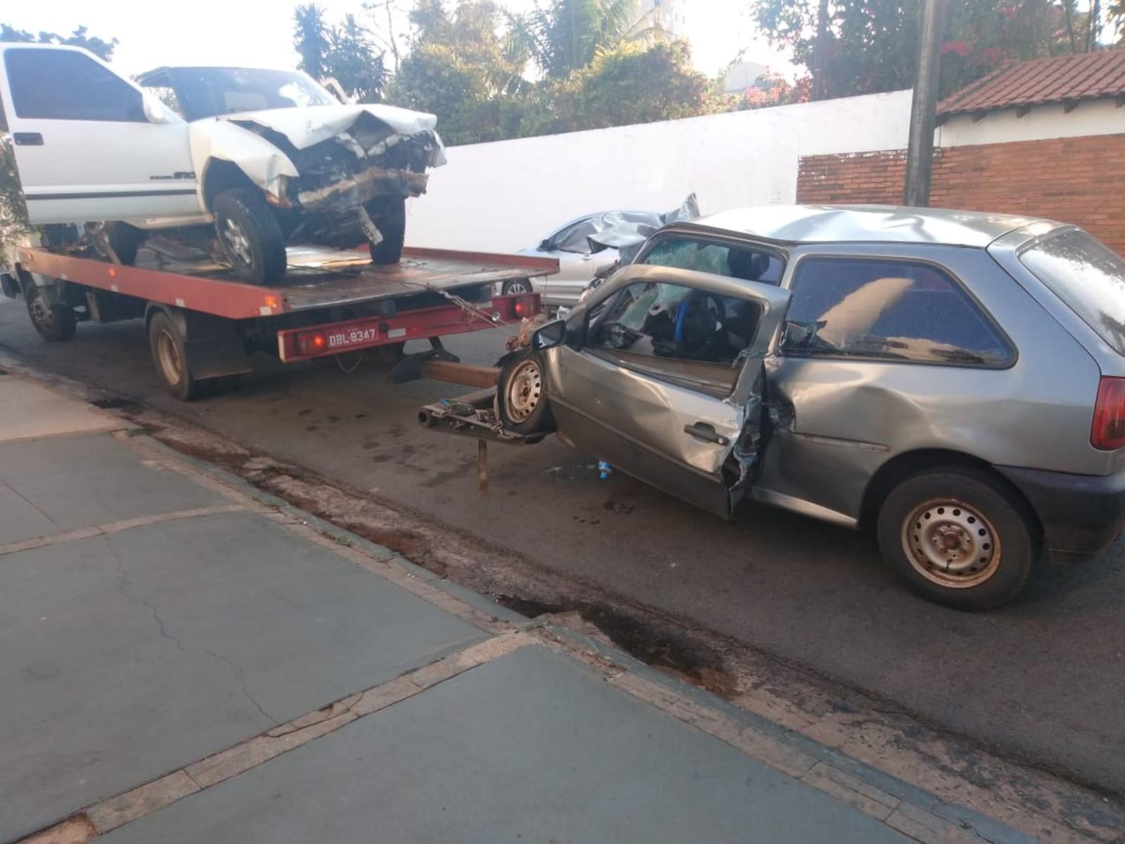 Carro e caminhonete batem entre Assis e Cândido Mota e deixa dois feridos — Foto: The Brothers