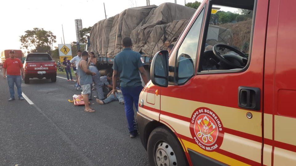 Caminhoneiro foi socorrido pelo Samu e pelos Bombeiros — Foto: Divulgação