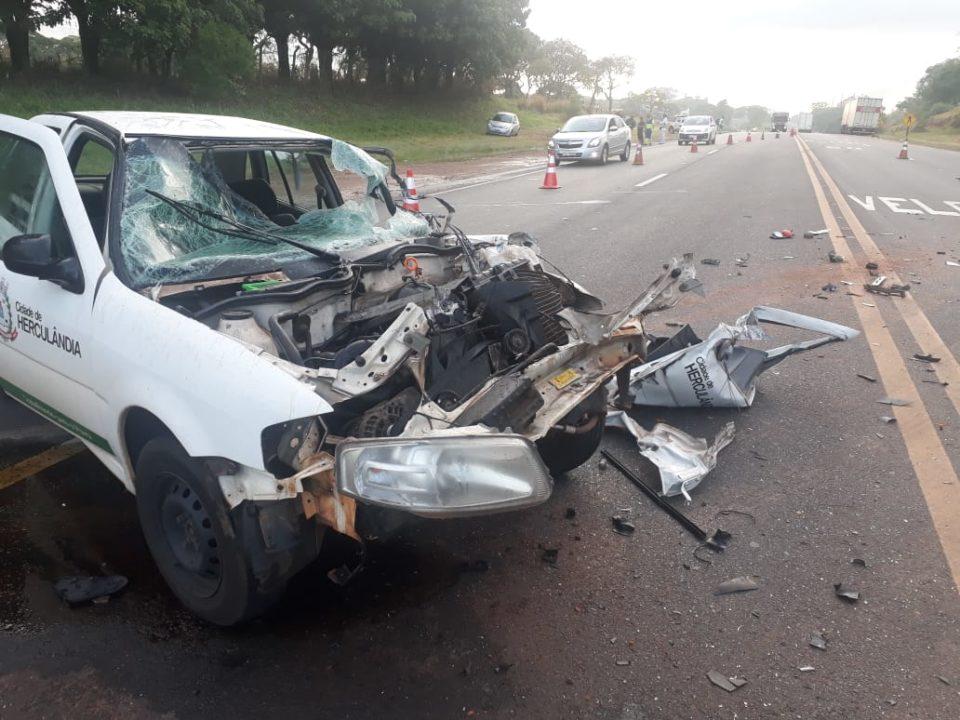 Carro da Prefeitura de Herculândia ficou destruído (Foto: Diego Pereira/Portal Mais Tupã)