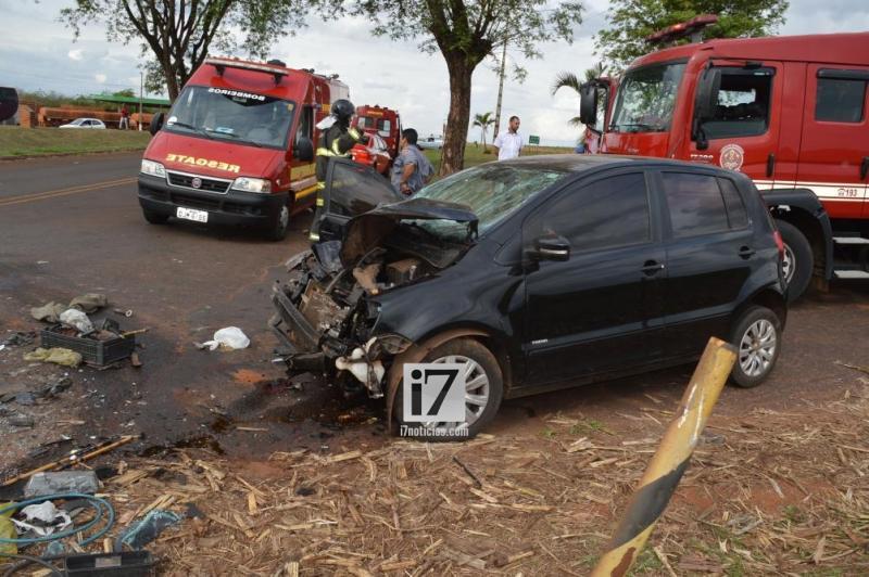 Mulher fica ferida após carro bater na traseira de carreta em rodovia de Paraguaçu — Foto: Manoel Moreno