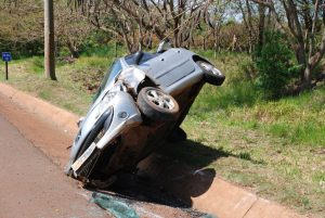 Após capotar, carro ficou de lado em uma valeta de águas pluviais ao lado da pista da SP-375 — Foto: Jornal da Comarca/Divulgação
