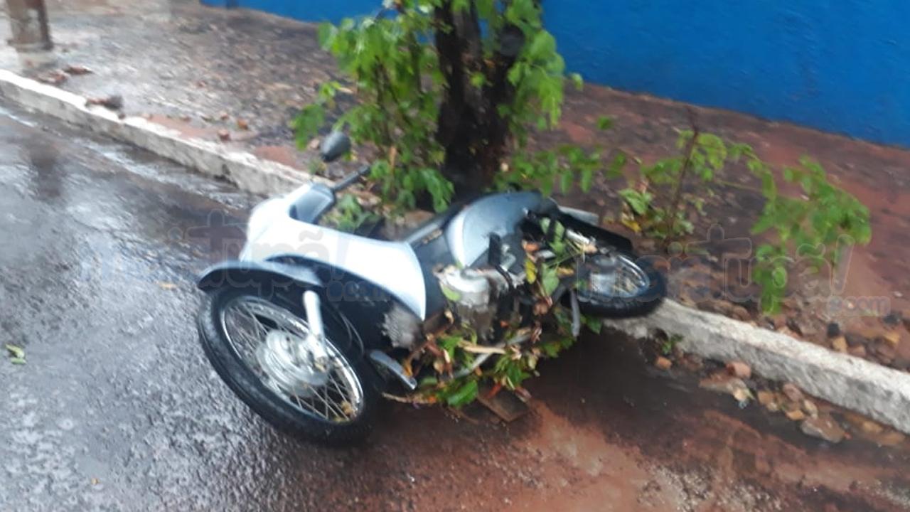 Temporal arrasta veículos, derruba árvores e destelha imóveis em Tupã (Foto: Mais Tupã)