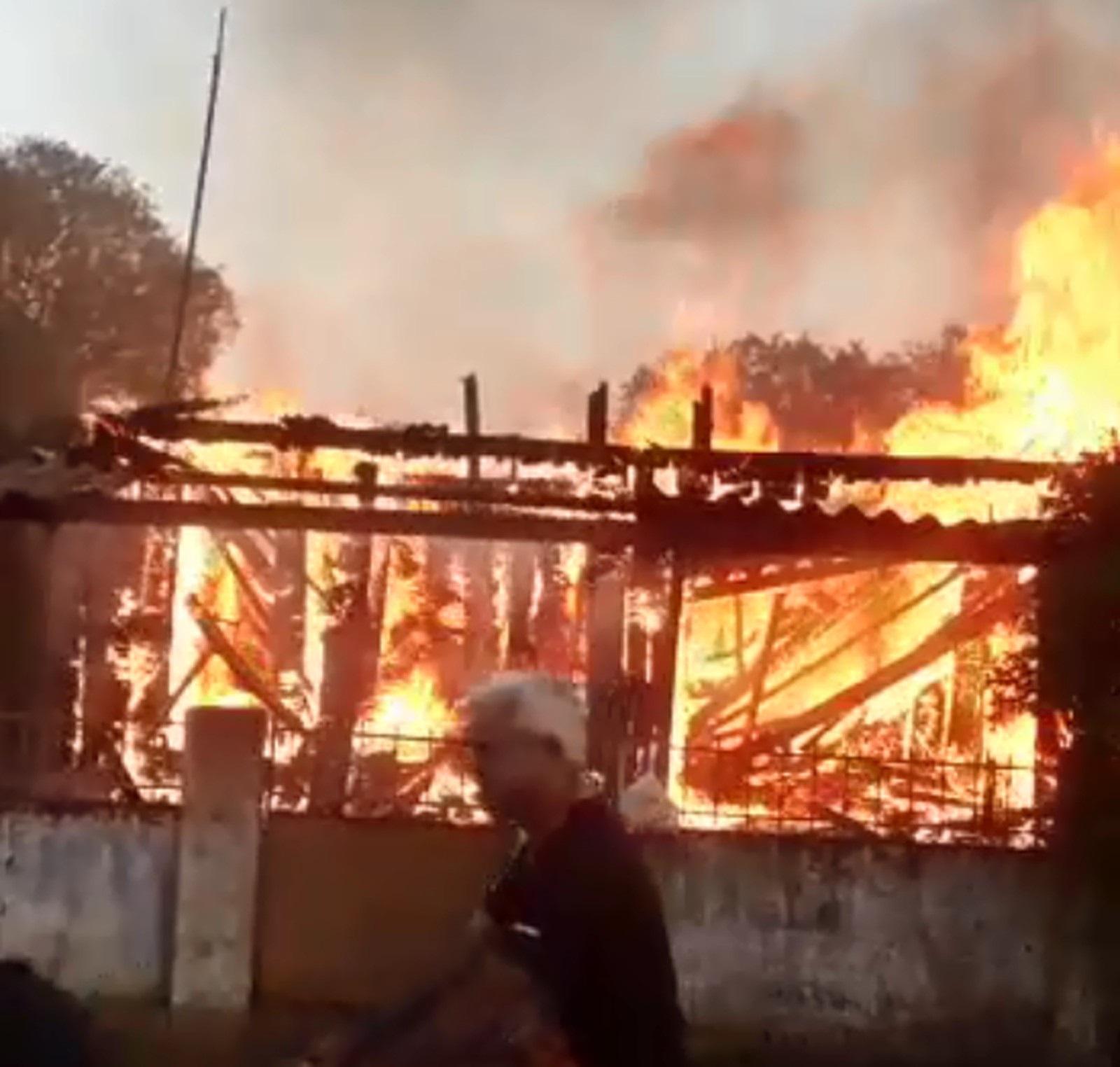 Casa fica destruída depois de pegar fogo em Cândido Mota — Foto: Corpo de Bombeiros/Divulgação