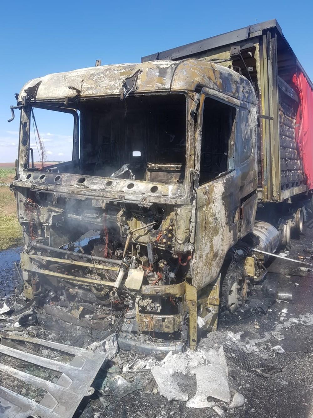 Caminhão carregado om cerveja pega fogo em Paraguaçu Paulista — Foto: Corpo de Bombeiros/Divulgação