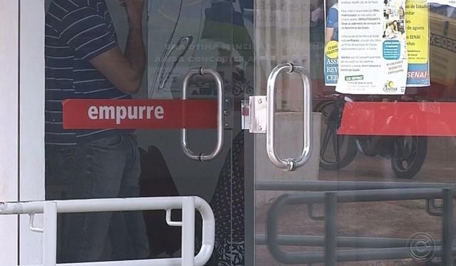 Porta da agência bancária não foi danificada nem arrombada em Canitar — Foto: TV TEM / Reprodução