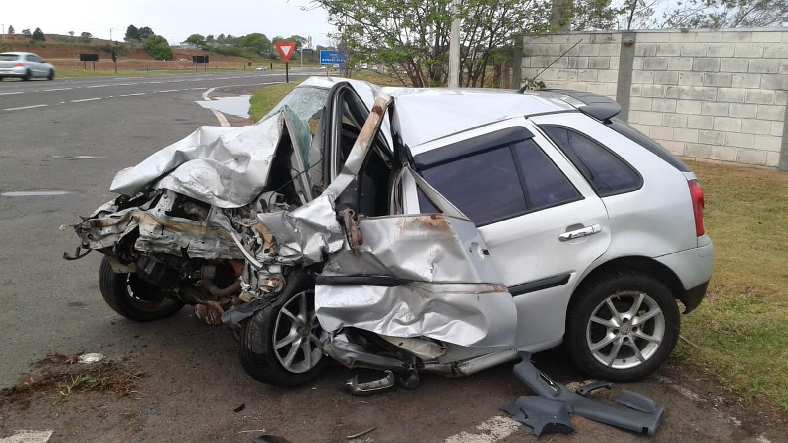 Carro ficou destruído após a batida frontal em São Manuel; duas pessoas morreram — Foto: Polícia Rodoviária / Divulgação