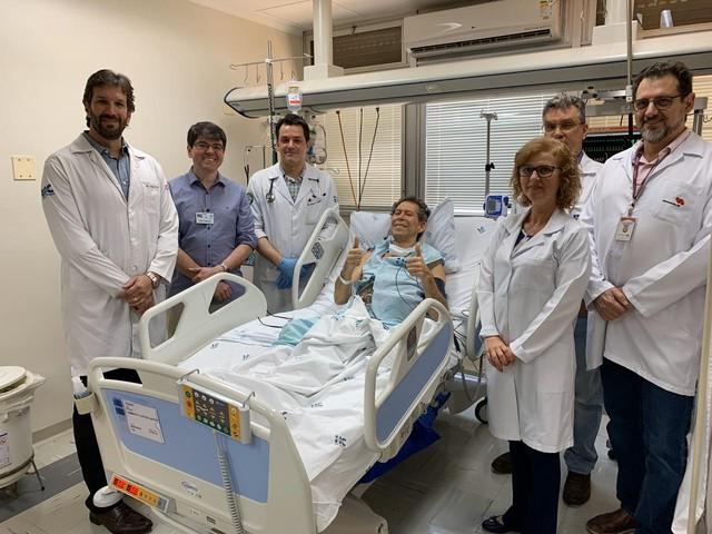 Equipe médica que atendeu ao aposentado Vamberto Luiz de Castro no Hospital das Clínicas de Ribeirão Preto — Foto: Divulgação/HCFMRP/Divulgação
