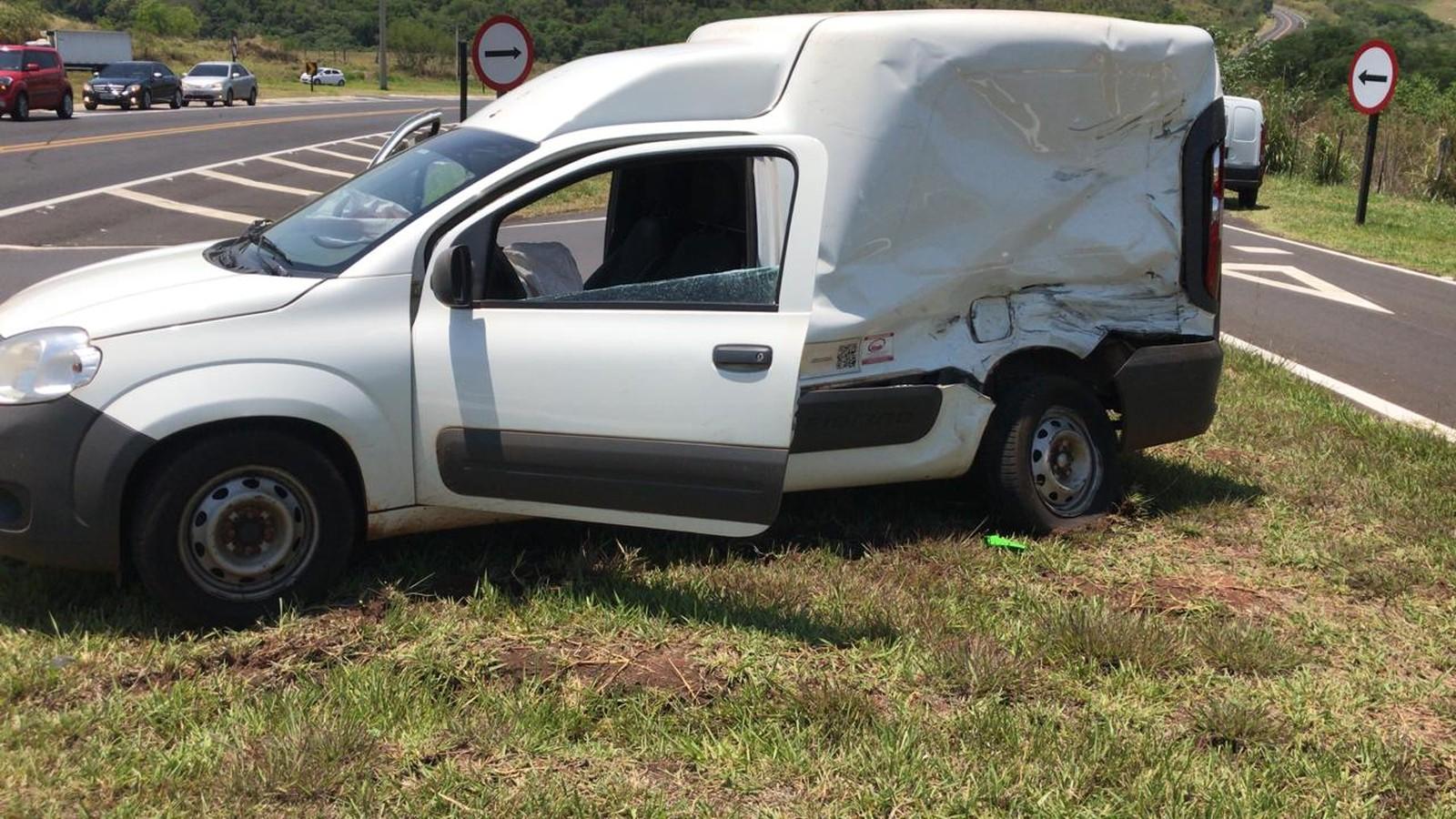 Moto bateu na lateral do veículo que atravessava a rodovia Rachid Rayes, em Oscar Bressane — Foto: Arquivo pessoal