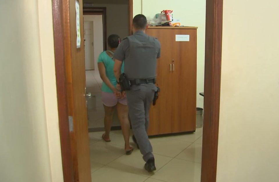 Mulher foi presa após deixar filho de dois meses sozinho por 12 horas — Foto: Reprodução/TV TEM