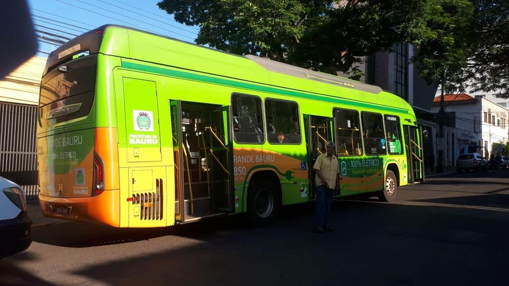 Ônibus envolvido no acidente é um modelo elétrico que atende o sistema de transporte público de Bauru: motorista em estado de choque — Foto: Ariane Flores/TV TEM