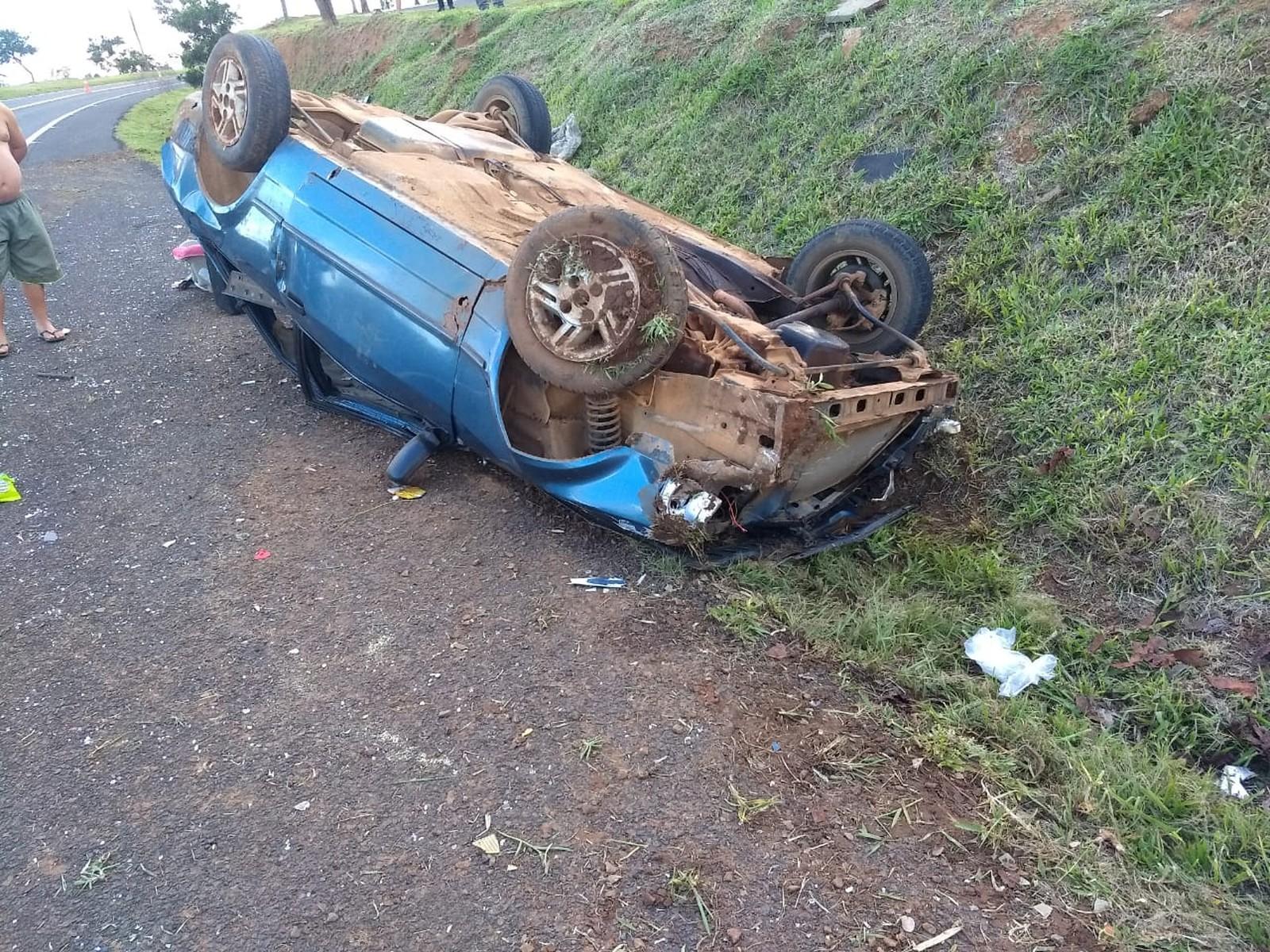 Menina de 2 anos morre após carro capotar em rodovia de Botucatu — Foto: Corpo de Bombeiros/Divulgação