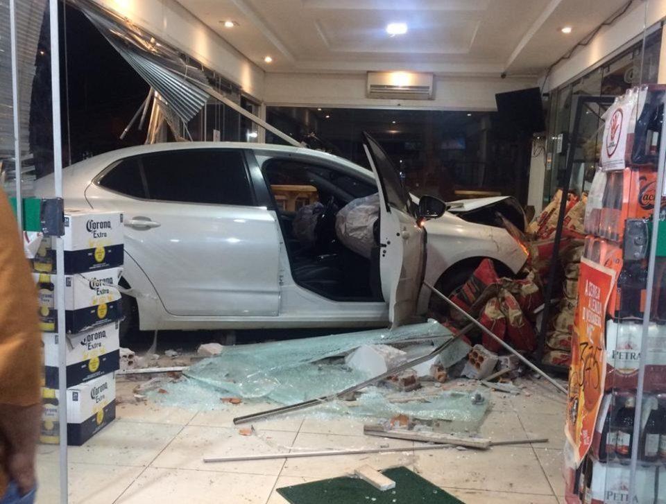 Motorista invadiu a loja de conveniência (Foto: Divulgação)