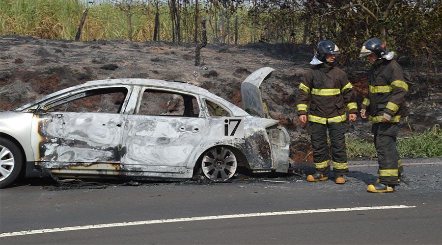 O veículo ficou totalmente destruído — Foto: Manoel Moreno