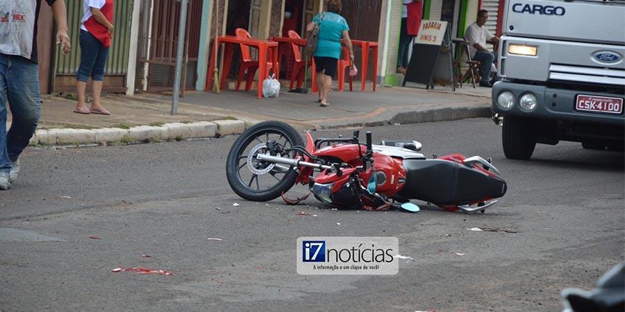 A colisão fez com que o motociclista fosse arremessado ao chão e sofresse escoriações pelo corpo (Foto: Manoel Moreno)