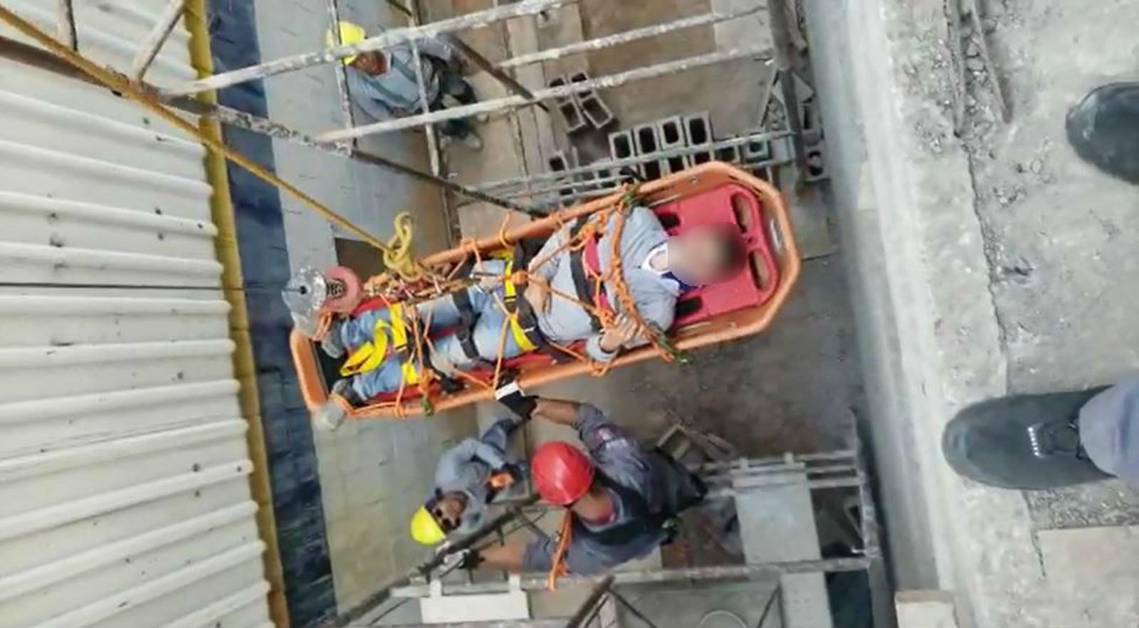 Bombeiros usaram um rapel para descer a maca com o trabalhador, que se acidentou em um pavimento a uma altura de quatro metros — Foto: Corpo de Bombeiros/Divulgação