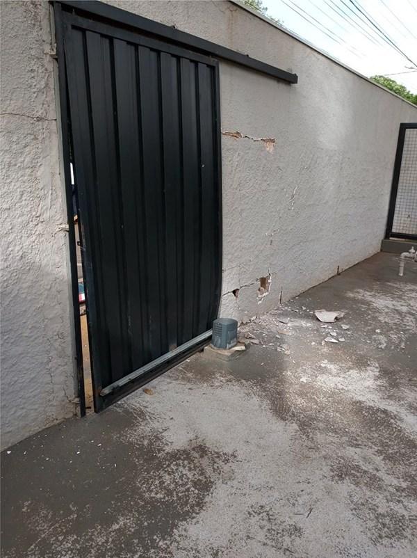 Portão do clube CRB ficou danificado — Foto: Reprodução/O Diário do Vale
