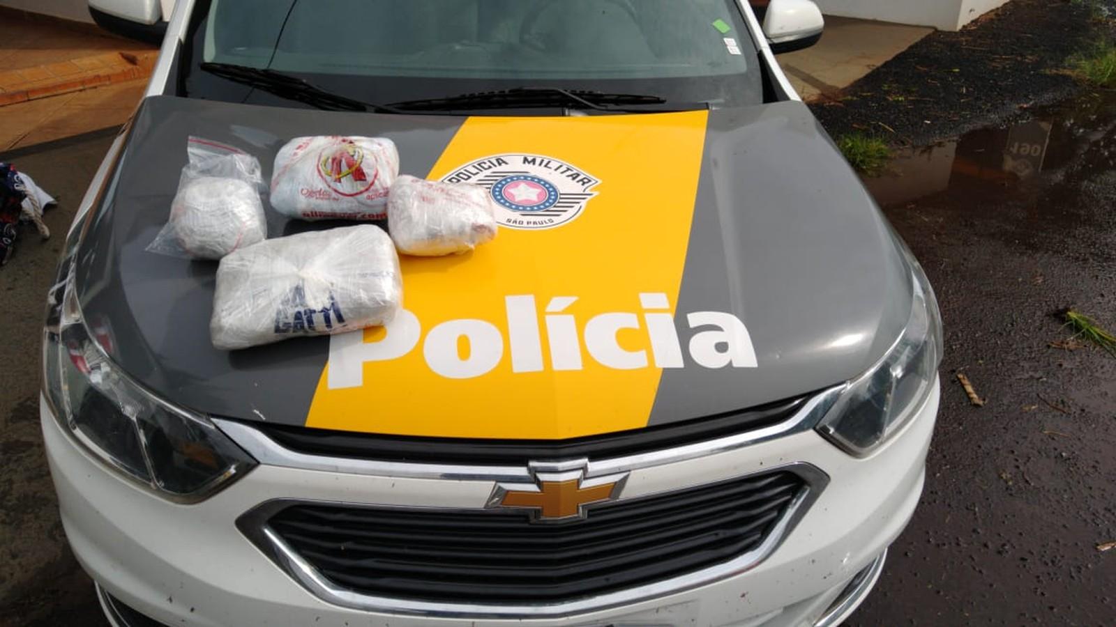 Pacotes da droga estavam na bagagem da passageira do ônibus parado em Santa Cruz do Rio Pardo — Foto: Polícia Rodoviária / Divulgação