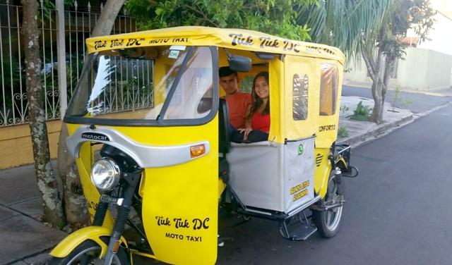 """Veículo tipo """"tuk tuk"""" de Dois Córregos com dois passageiros — Foto: Lariene e Patrícia da Rocha Silva/Arquivo pessoal"""
