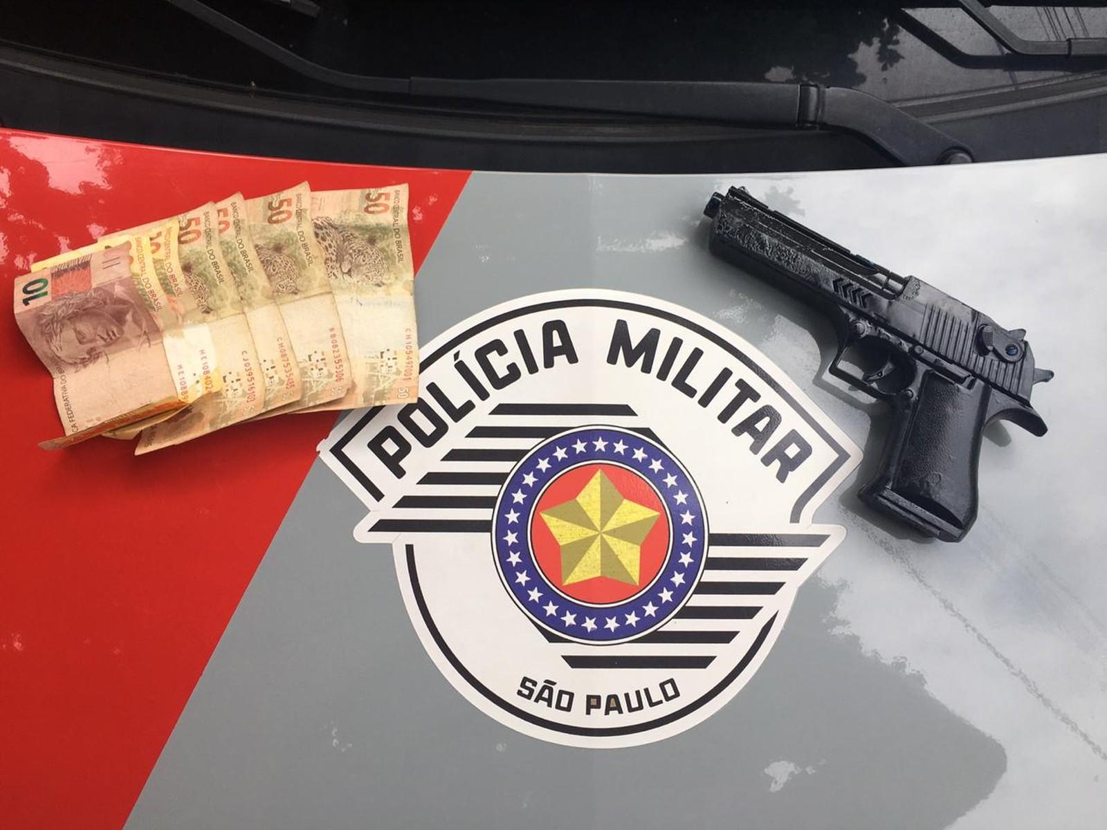 Simulacro de arma foi apreendidos com os suspeitos em Bauru e os R$ 250 roubados foram recuperados — Foto: Polícia Militar / Divulgação