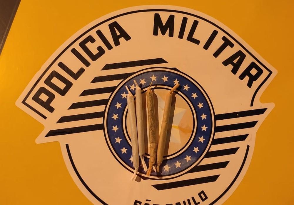 Policiais também encontraram quatro cigarros de maconha com o passageiro da última poltrona — Foto: Polícia Rodoviária/Divulgação
