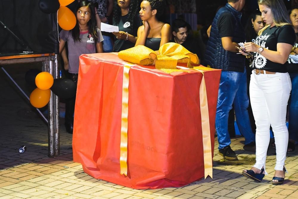 Estudantes presentearam amiga com cadeira de rodas motorizada de R$ 14 mil — Foto: Morato Fotografia/Divulgação