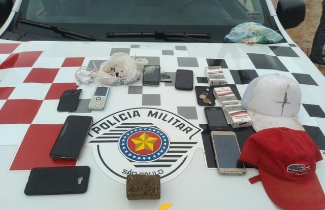 Foram apreendidos celulares e porções de drogas com os suspeitos em Ourinhos — Foto: Polícia Militar / Divulgação