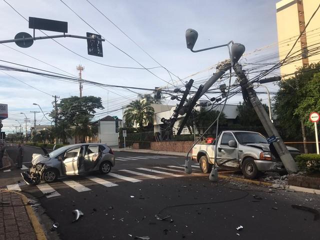 Poste foi atingido após a colisão entre os dois carros em Botucatu — Foto: Polícia Militar / Divulgação