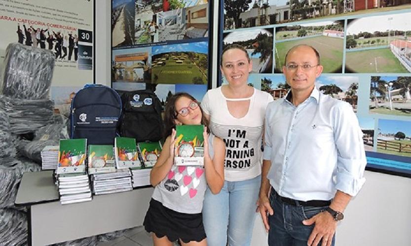 Sincomerciários entrega kit escolar e mochila a associados