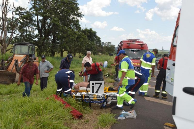 Motorista fica gravemente ferido após trator tombar sobre ele — Foto: i7 Notícias