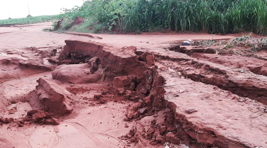 Devido à força da enxurrada, as estradas rurais foram danificadas, porém já na manhã desta segunda-feira (11), a equipe do Departamento de Obras começou a trabalhar para arecuperação das estradas como esta do Sapé, de acesso à a Fazenda Santa Terezinha (Foto: Depto. Obras/Cedida)