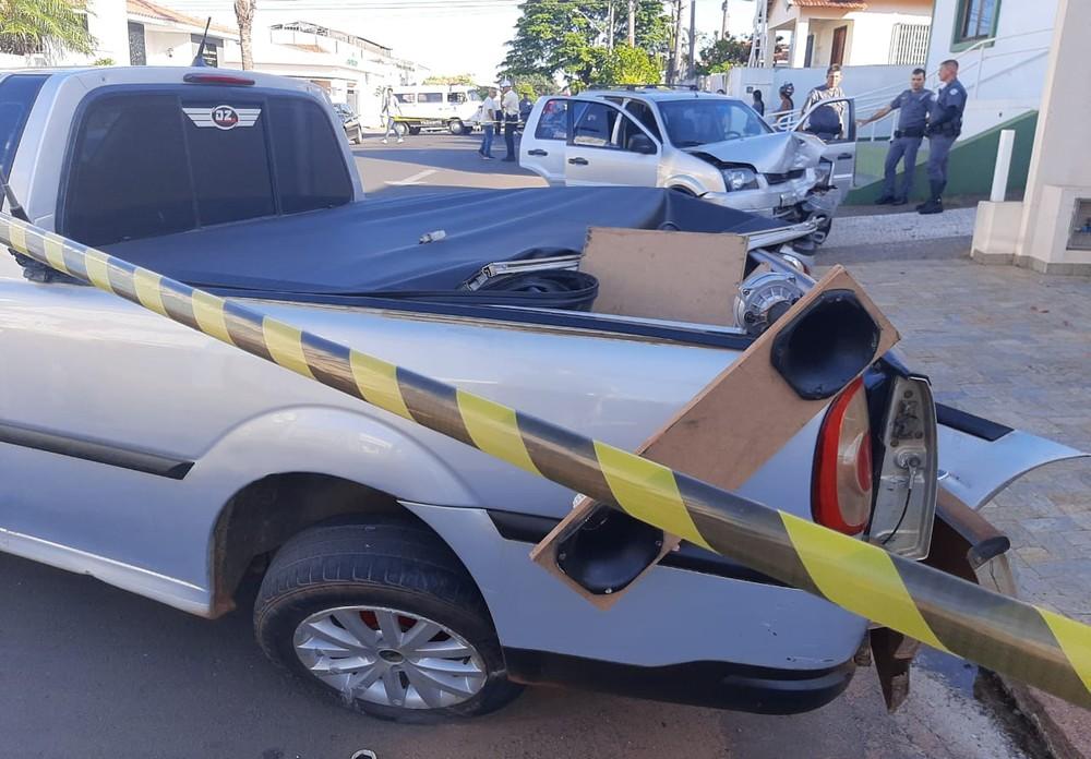Segundo os bombeiros, motorista estava sofrendo princípio de infarto — Foto: Diego Pereira/Site Mais Tupã