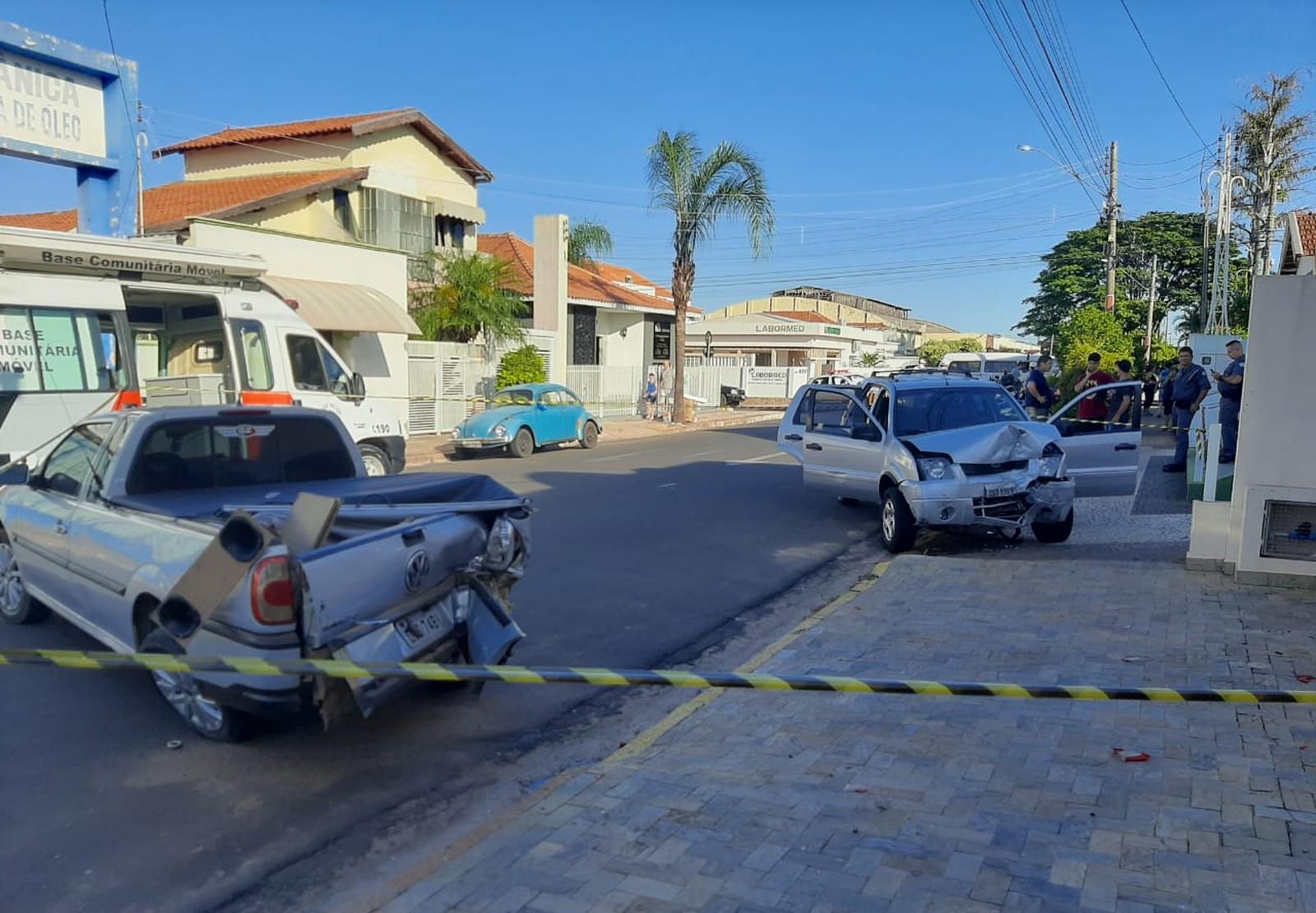 Motorista perde o controle e bate em quatro veículos estacionados em Tupã — Foto: Diego Pereira/Site Mais Tupã