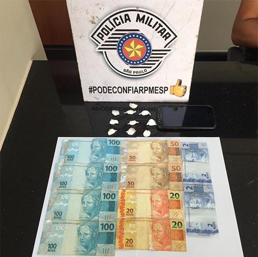 Durante a fuga, ele dispensou oito porções de cocaína no chão, e outras duas porções foram encontradas próximas à sua motocicleta. R$ 545,65 foram encontrados em seu bolso