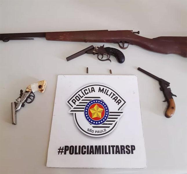 Na casa do acusado, foram encontradas três garruchas e uma espingarda - Foto: Polícia Militar