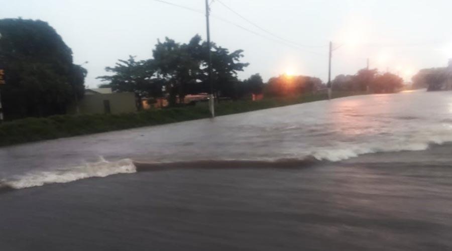 Um temporal com chuva forte e raios que chegou em Paraguaçu Paulista no início da noite deste domingo (12) causou alagamentos e quedas de árvores na cidade, além de atoleiros e buracos nas estradas rurais (Fotos/Cedidas)