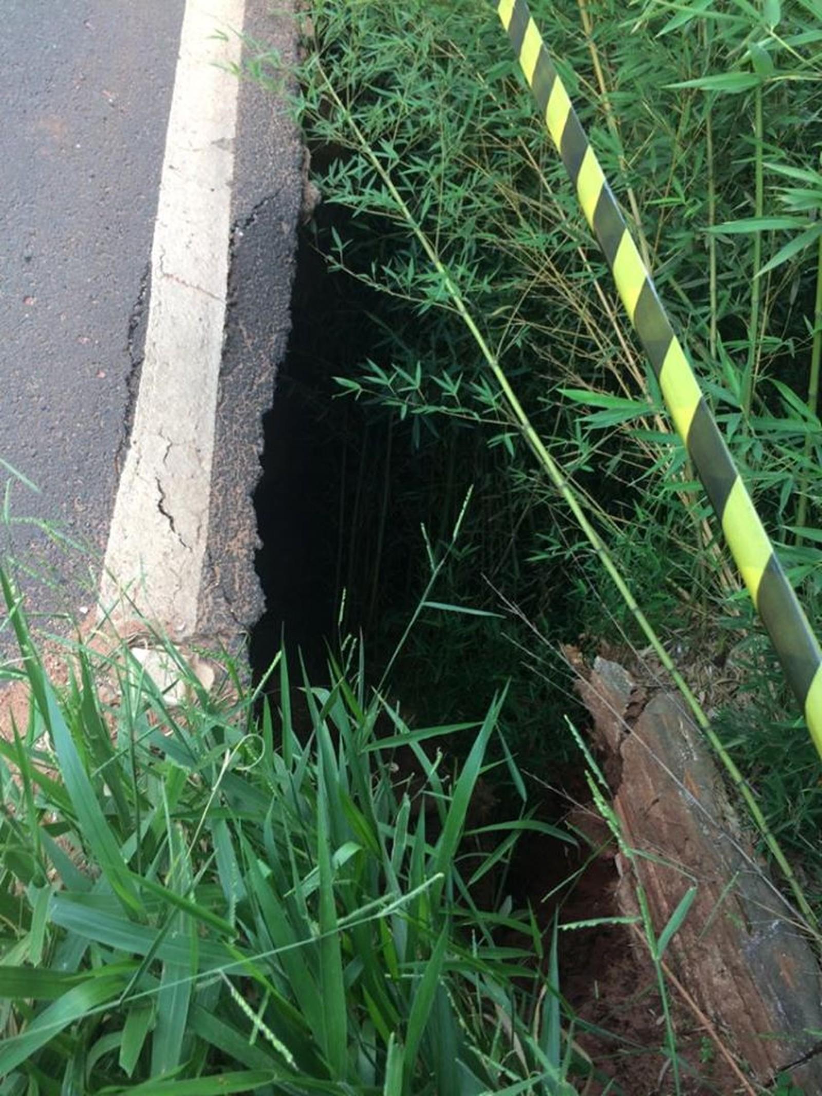 Segundo a Defesa Civil, equipe constatou que a força da enxurrada tem provocado o desbarrancamento por baixo do asfalto — Foto: Prefeitura de Paraguaçu Paulista/Divulgação