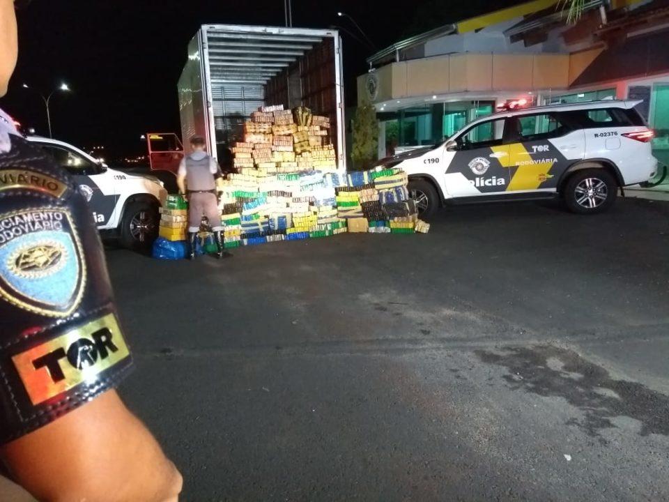 Droga foi encaminhada à base da Polícia Militar Rodoviária e será apresentada no Plantão; suspeito foi preso (Foto: Divulgação/PRE)