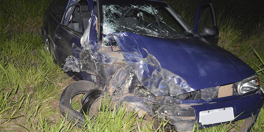 O carro ficou parcialmente destruído. Motorista sofreu ferimentos leves — Foto: Manoel Moreno