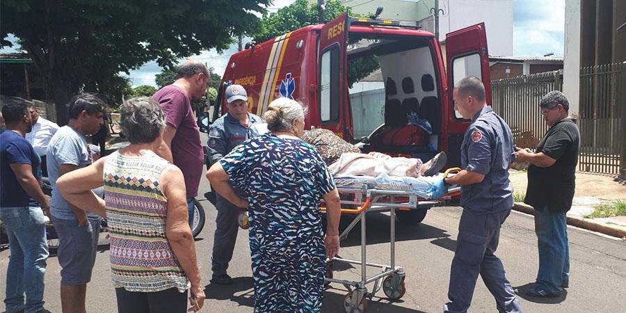 Idosa e motociclista foram socorridos pelo Resgate do Corpo de Bombeiros e Samu e encaminhados ao Pronto-Socorro — Foto: Mané Moreno