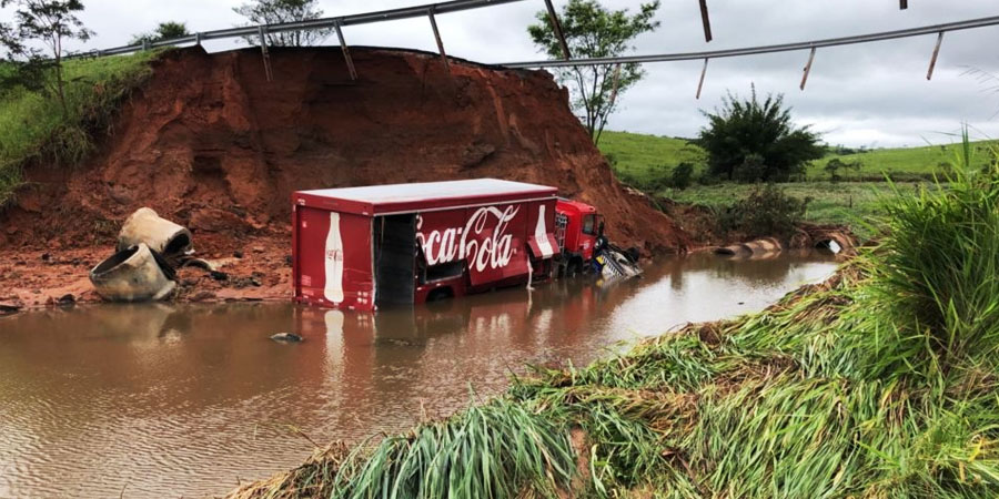 Caminhão da Coca-Cola e carro da Entrevias caíram dentro da cratera (Foto: Daniela Casale/Marília Notícia)