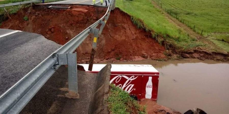 Cratera que se abriu na estrada (Foto: Divulgação)