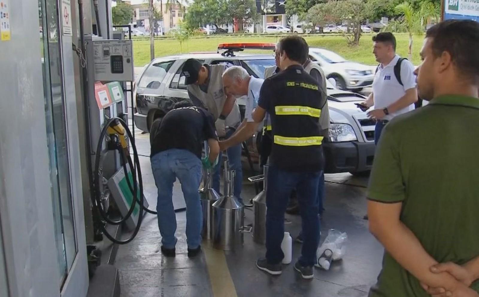 Operação do Procon, Polícia Civil e Ipem lacrou bombas de combustíveis de posto na Avenida Tiradentes — Foto: Reprodução/ TV TEM